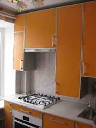 Кухни. котел отопления или горячей воды на кухне. как закрыт.
